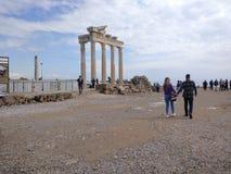 Folket tycker om att gå till och med den Antalya sidan på stranden i en solig dag royaltyfri bild