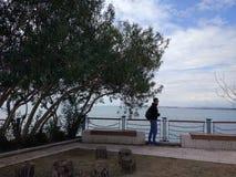 Folket tycker om att gå till och med den Antalya sidan på stranden i en solig dag royaltyfri fotografi