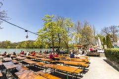 Folket tycker om det härliga vädret på Seehausen i Munich Arkivfoton