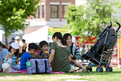 Folket tycker om en picknicklunch på en utomhus- festival royaltyfri fotografi
