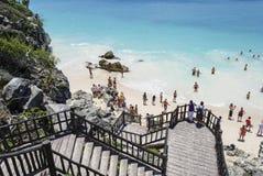Folket tycker om en strand för blått vatten Fotografering för Bildbyråer