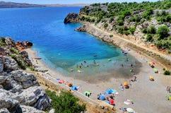 Folket tycker om en Sunny Day på Adriatiskt havkusten nära Senj, CR Royaltyfri Foto
