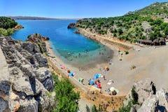 Folket tycker om en Sunny Day på Adriatiskt havkusten nära Senj, CR Arkivfoton