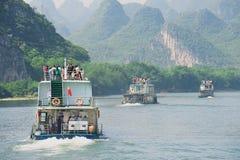 Folket tycker om fartygkryssning vid den Li (Lijang) floden mellan Guilin och Yangshuo, Guilin, Kina Arkivbild