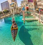 Folket tycker om gondolen på det Venetian semesterorthotellet Royaltyfri Bild