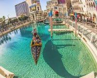 Folket tycker om gondolen på det Venetian semesterorthotellet Royaltyfria Foton