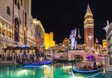 Folket tycker om gondolerna på det Venetian semesterorthotellet & kasinot Royaltyfri Foto