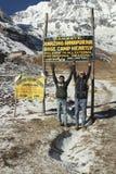 Folket tycker om ingången för att montera den Annapurna basläger Arkivfoton