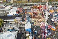 Folket tycker om munterhetområdet Luna Park på kaninskinnet som islandwalking arkivfoton