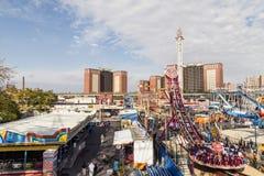 Folket tycker om munterhetområdet Luna Park på kaninskinnet som islandwalking royaltyfri fotografi