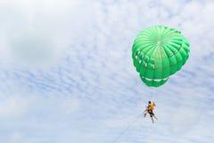 Folket tycker om parasailingvattensporten i Phuket, Thailand fotografering för bildbyråer