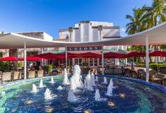 Folket tycker om restaurangen på den berömda kolonin Art Deco Theater Fotografering för Bildbyråer