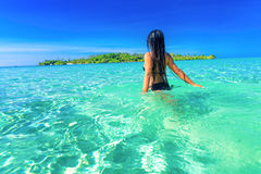 Folket tycker om semester på den tropiska sandiga stranden på bakgrundshavsvatten och blå himmel Arkivfoto