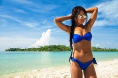 Folket tycker om semester på den tropiska sandiga stranden på bakgrundshavsvatten och blå himmel Arkivbild