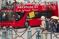 Folket tycker om sight turnerar på den röda Monaco staden turnerar bussen i Monaco Royaltyfria Foton