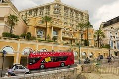 Folket tycker om sight turnerar på den röda Monaco staden turnerar bussen i Monaco Arkivfoton