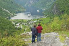 Folket tycker om sikten till den Geiranger fjorden i Geiranger, Norge Arkivfoto