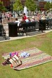 Folket tycker om springbrunnar i Park på konstfestivalen arkivfoton