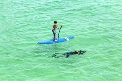 Folket tycker om står upp skoveln som surfar och dyker i havet Royaltyfri Bild