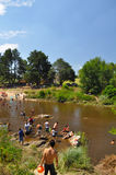 Folket tycker om stranden i en flod av villageneral Belgrano, Cordoba, Argentina arkivfoto