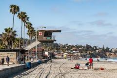 Folket tycker om Sunny Day på La Jolla kuster i San Diego County arkivfoto