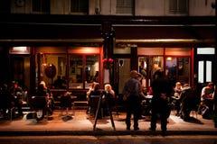 Folket tycker om utomhus- äta middag i London Royaltyfri Foto