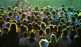 Folket tycker om vagga-konsert på en stadion Royaltyfria Bilder