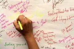 Folket undertecknar och skriver om dem på de internationella kvinnornas dag Arkivbilder