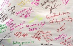 Folket undertecknar och skriver om dem på de internationella kvinnornas dag Arkivfoto