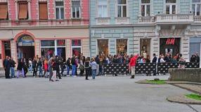 Folket väntande på öppnande H&M lagrar först i Novi Sad, Serbien Arkivbilder