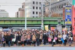 Folket väntar för att korsa vägen Arkivfoto