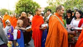 Folket väntar på buddistiska munkar ger dem foods på Sangkh Royaltyfri Fotografi