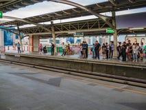 Folket väntar på bussen på hållplatsen framme av Chatuchak, Bangkok, Thailand Royaltyfri Fotografi