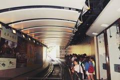 Folket väntar på drevet för att ankomma i Hong Kong, September 5, 2014 royaltyfri bild