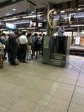 Folket väntar på drevet som är destinerat för Yokohama på shinagawastationen Arkivfoton