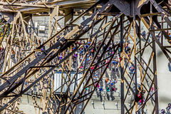 Folket väntar på elevatorn på det sydliga tornet av den Eiffel släpet Arkivbild