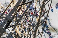 Folket väntar på elevatorn på det sydliga tornet av den Eiffel släpet Arkivfoton