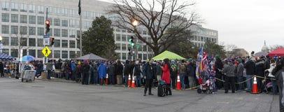Folket väntar på linje för att delta i invigning av Donald Trump Royaltyfri Fotografi