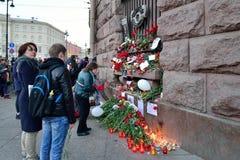 Folket vördar minnet av offren av terroristattacken Arkivfoto