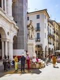 Folket vilar framme av statyn av ANdrea Palladio Royaltyfria Foton