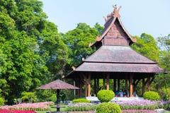 Folket vilar i den Wood paviljongen, traditionell thailändsk stil Arkivfoto
