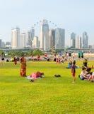 Folket vilar Marina Barrage Singapore Arkivfoto