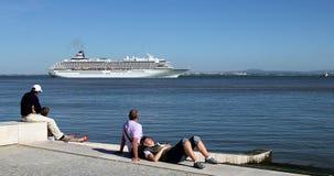 Folket vilar nära Tagus River i Lissabon arkivfoton