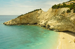 Folket vilar på den soliga stranden i Grekland Arkivfoton