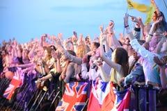 Folkfolkmassa med brittiska flaggor Arkivfoton