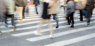 Folkfolkmassa på sebracrossing Arkivfoto