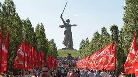 Folkfolkmassalöneförhöjningar på Mamayev Kurgan arkivfilmer