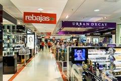 Folkfolkmassan rusar för sommar Sale i lyxig galleriainre för shopping Royaltyfri Foto