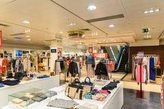 Folkfolkmassan rusar för sommar Sale i lyxig galleriainre för shopping Royaltyfri Bild