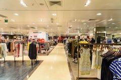 Folkfolkmassan rusar för sommar Sale i lyxig galleriainre för shopping Royaltyfria Bilder